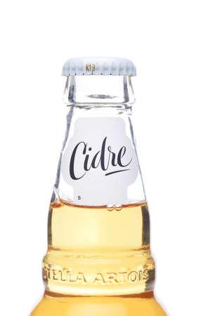 IRVINE, CALIFORNIA - 4 JUNE 2020: Closeup of a Stella Artois Cidre, European Style Hard Apple Cider bottle neck, on white. Redactioneel
