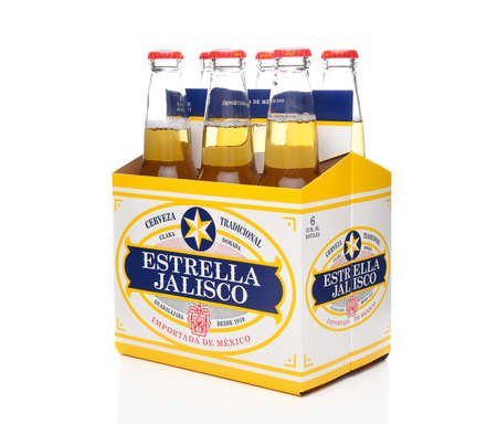 IRVINE, CALIFORNIA - MARCH 21, 2018: Six pack of Estrella Jalisco Beer side end view. Estrella Jalisco is a American Lager style beer brewed by Grupo Modelo, Redactioneel