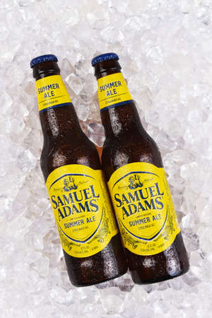 IRVINE, CALIFORNIA - 09 AUG 2020: Two bottes of Samuel Adams Summer Ale on a bed of ice. Redactioneel