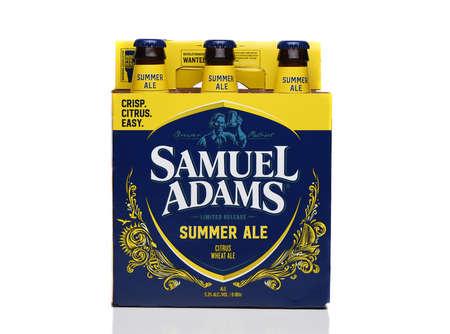 IRVINE, CALIFORNIA - 09 AUG 2020: A Six Pack of Samuel Adams Summer Ale, side view. Redactioneel