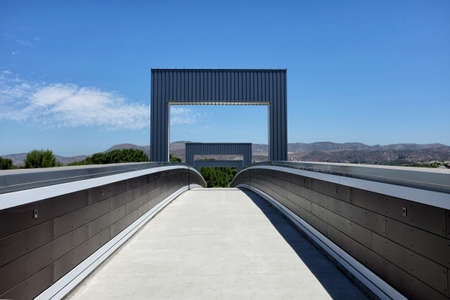 IRVINE, CALIFORNIA - 12 AUG 2020: Pedestrian Bridge over Irvine Boulevard allows hikers and cyclist to navagate the city while avoiding traffic. Redactioneel
