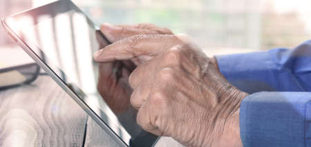 Closeup male hands using tablet computer. Stockfoto