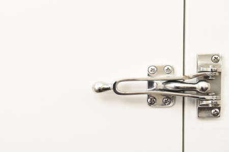Security latch on a closed hotel room door. Stockfoto - 163474467