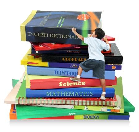 onderwijs: Een jongen het beklimmen van de boeken, als symbool van het onderwijs stap  mijlpaal Stockfoto