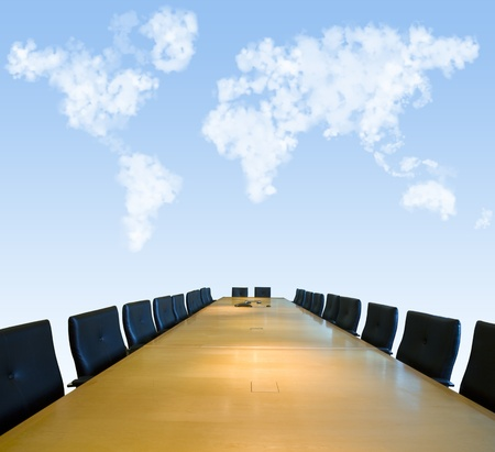 Sala de juntas con el cielo y las nubes que forman un mapa del mundo
