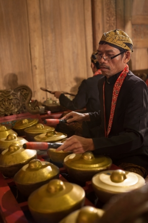 Java Indonesia - 6-5-2012: a Javanese traditional musician performing original GAMELAN ORCHESTRA Publikacyjne