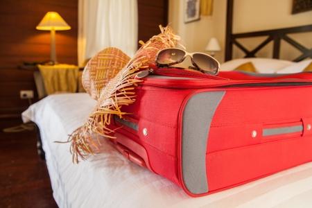 리조트의 침대에 짐과 해변 기어 스톡 콘텐츠