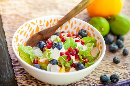 ensalada de frutas: Yogur de fruta Ensalada de Desayuno y Postre Foto de archivo