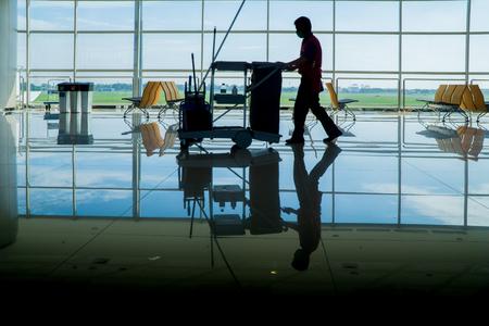 gente aeropuerto: silueta de conserje Foto de archivo