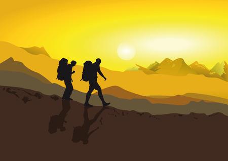 Los excursionistas caminando en las montañas