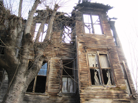 Ruinous building in Istanbul from the time of splendor of the Ottoman Empire. After the earthquake of 1509, the tradition of building wooden buildings began, in Istanbul, a more earthquake resistant material, although vulnerable to fire