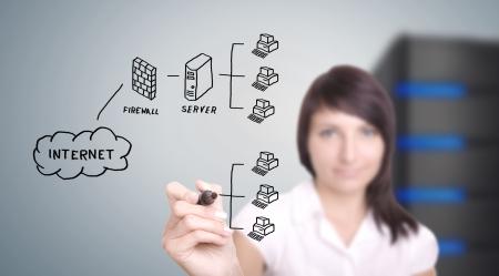 Trabajador de TI red informática de dibujo en pantalla digital.