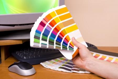 artistas: Dise�ador en el trabajo. Muestras de color en la tabla.