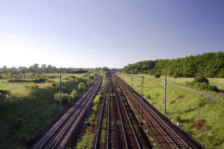 onward: Pista de ferrocarril llevando adelante mucho. V�as f�rreas en Polonia. Foto de archivo