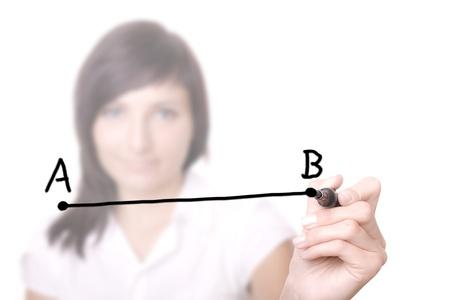 femme dessin: Femme dessinant une ligne � partir du point A au point B (s�lective focus). Femme d'affaires avec un stylo dans la tableau blanc virtuel. Banque d'images