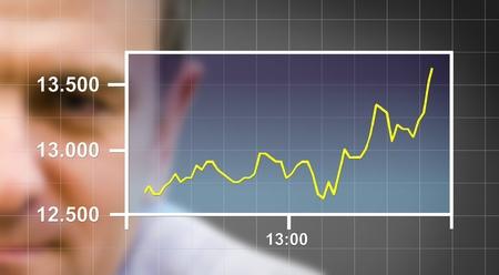 bolsa de valores: Hombre de negocios mirando la tendencia al alza de un modelo gr�fico. Foto de archivo