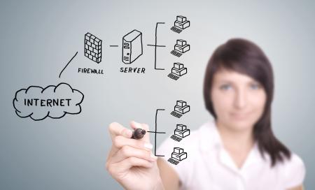 Dibujo de TI que trabajan con ordenadores de la red en la pantalla digital. Foto de archivo