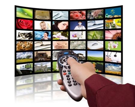 viendo television: TV LCD paneles. La tecnolog�a de producci�n de televisi�n concepto. Mando a distancia.