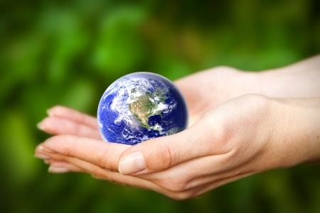 mundo manos: manos humanas sosteniendo cuidadosamente el planeta Tierra Cristal del mundo