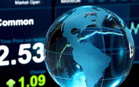 bolsa de valores: Vidrio mundo sobre los datos de saldos en pantalla de la computadora
