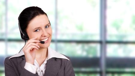 Représentant du client Belle avec un casque souriant lors d'une conversation téléphonique
