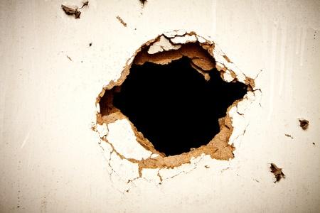breaking out: Agujero en el cart�n sobre fondo negro