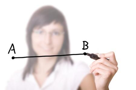 acute angle: Mujer que drena una l�nea del punto A al punto B selectivo foco Empresaria con l�piz en la pizarra virtual Foto de archivo