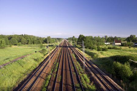 onward: V�a de tren que lleva hasta ahora en adelante las v�as del ferrocarril en Polonia Foto de archivo