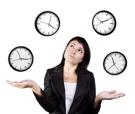 zeitarbeit: Eine junge Frau jongliert das Management der Zeit auf einem wei�en Hintergrund