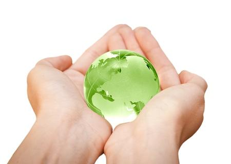 green planet: manos humanas sosteniendo cuidadosamente planeta Tierra Mundo de cristal Foto de archivo
