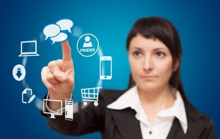 touchscreen: Empresaria presionando tipo de alta tecnolog�a de botones modernos en un fondo virtual Foto de archivo