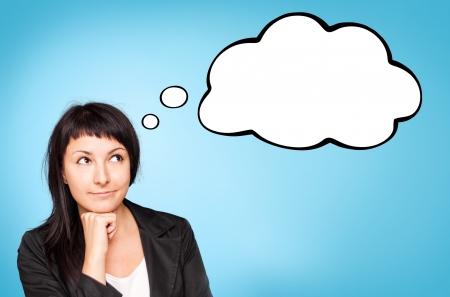 Mooie jonge zakenvrouw denken over Blauwe achtergrond Stockfoto