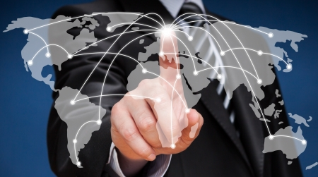 comercio: Hombre de negocios que toca mapamundi pantalla Redes sociales