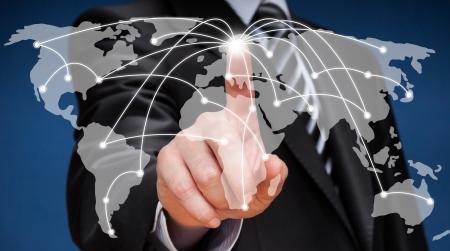 Uomo di affari che tocca mappa del mondo della rete schermo sociale Archivio Fotografico