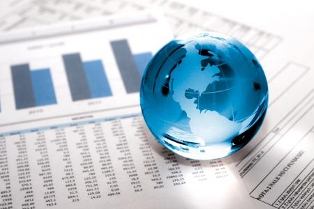 handel: Glaskugel mit Nordamerika und Gesch�ftspapiere Lizenzfreie Bilder