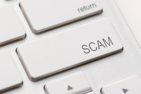 詐欺のコンピューター キーを示す詐鞠、詐欺