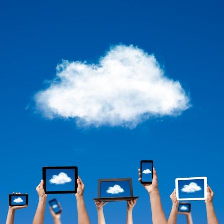 bulut: bilgisayar dizüstü bilgisayar akıllı telefon tablet ve dokunmatik yüzey tutarak cloud computing kavramı elinde Stok Fotoğraf