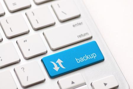 Tecla de ordenador de copia de seguridad en azul para el archivo y almacenamiento Foto de archivo - 20401106