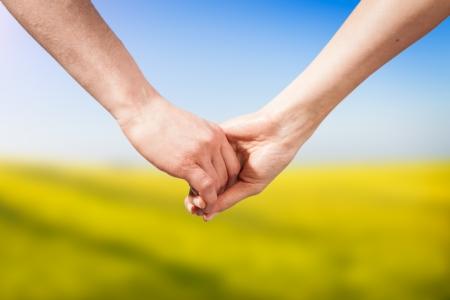 jovenes enamorados: Primer plano Agarrados de la mano