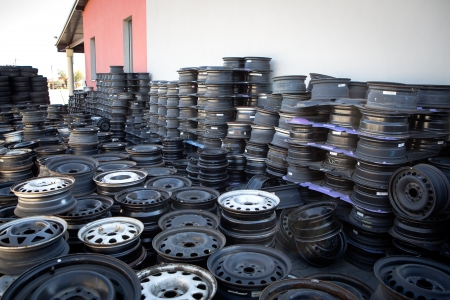 abandoned car: Coche abandonado llantas de campo Coche abandonado llantas
