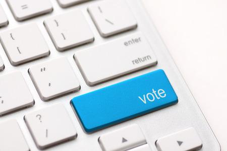 democracia: democracia concepto con el bot�n de votaci�n en el teclado Foto de archivo