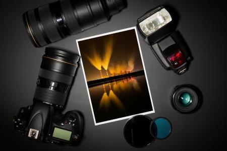 camera en lens op zwart combinatie fotograaf stilleven