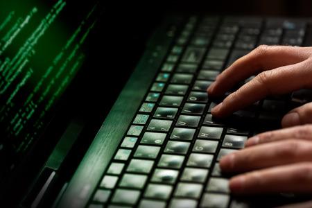 컴퓨터 화면에 숫자의 노트북을 많이 사용하는 해커 스톡 콘텐츠