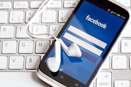 BELCHATOW, POLOGNE - 6 avril 2014: application Facebook sur l'écran du téléphone intelligent.