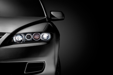 v�locit�: Rapproch� gris voiture moderne sur fond noir
