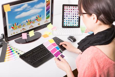 mujeres trabajando: Dise�ador gr�fico en muestras de muestras de trabajo de color