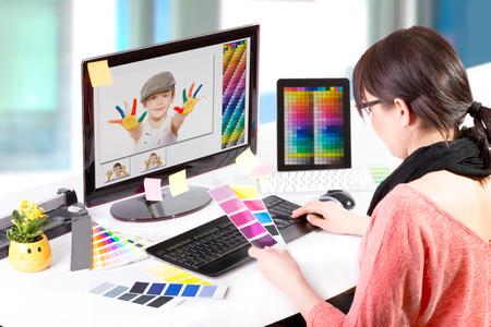 Grafisch ontwerper op het werk Kleurstaal monsters