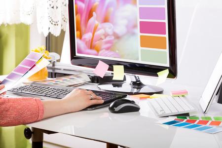 Grafik-Designer bei der Arbeit Farbfeld Proben Standard-Bild - 27356840