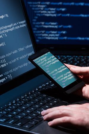 Hacker en utilisant Beaucoup d'ordinateur portable de chiffres sur l'écran d'ordinateur