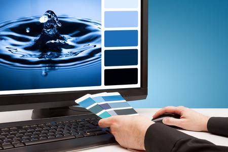 L'image de l'eau Graphiste à des échantillons de couleurs de travail baisse